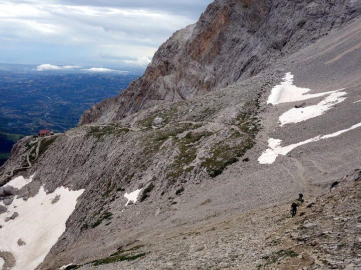 The trail up to Sella dei Due Corni, with Rifugio Franchetti on the shoulder below