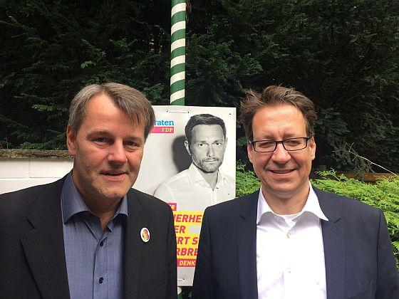 Mit dem FDP Landesvorsitzenden und Spitzenkandidaten bei der Landtagswahl Dr. Stefan Birkner beim Sommerfest der FDP Hameln-Pyrmont