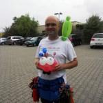 Markus Toni Vallen macht einen Marienkäfer aus Ballons