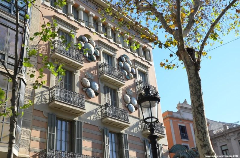 Schirme an einer Häuserwand in Barcelona