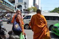 Bangkok Mönche auf Taxisuche