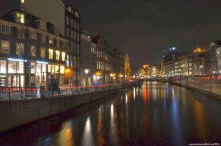 Gracht in Amsterdam bei Nacht