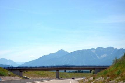 Bergpanorama und Autobahn