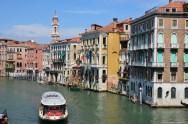 Auf der Rialtobrücke in Venedig, Italien