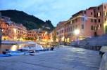 Dämmerung in Vernazza, La Spezia, Italien