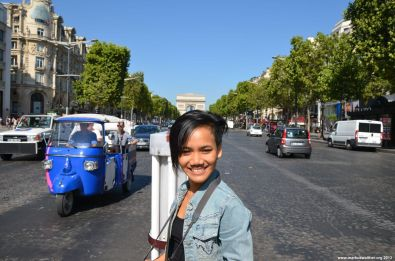 Apple und TukTuk auf der Avenue des Champs-Élysées