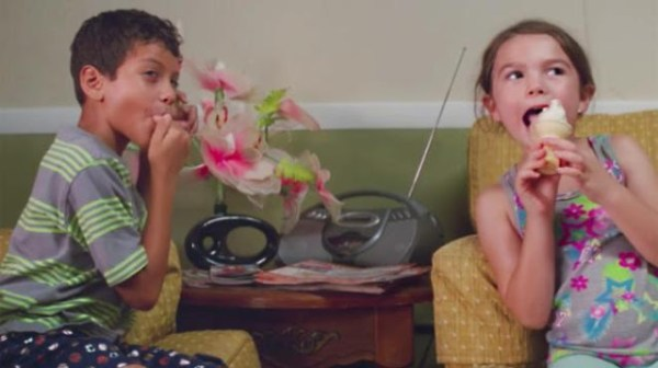 Moonee (Brooklynn Prince) et Scooty (Christopher Rivera) partagent une glace dans The Florida Project, de Sean Baker (2017)
