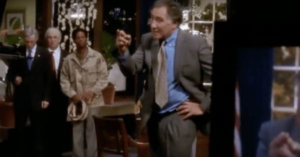 Wes Mendell (Judd Hirsch) pète un câble en direct à la TV dans le pilote de Studio 60 on the Sunset Strip, série créée par Aaron Sorkin (2006-2007)