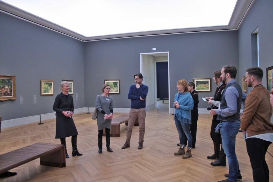 Direktorin Ortrud Westheider (links) nimmt sich auch Zeit für Blogger.