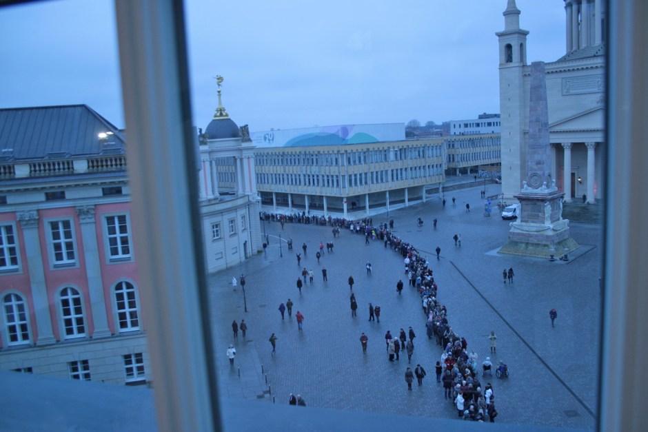 Die Ruhe vor dem Sturm - Blick aus dem Fenster des Museums kurz vor Einlass.