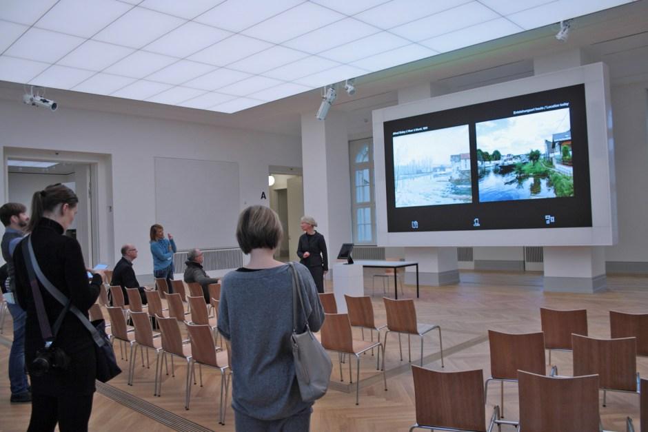Eine SmartWall im Auditorium ermöglicht es Besuchern, sich eingehend mit den Kunstwerken zu beschäftigen.