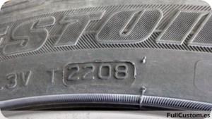 Detalle de la fecha de fabricación en un neumático