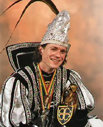 Stadprins 2002: Cyriel II Motto: Doot mit, hauwt vol, laot gaon, Dit fees is òs gegaeve. Dan blif 't hart van Zitterd sjlaon, Dan blif òs Zitterd laeve.