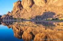 Reflexo das montanhas rochosas no Oásis de Fint em Ouarzazate