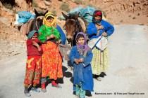 Família nómada no Gorges du Todra em Marrocos