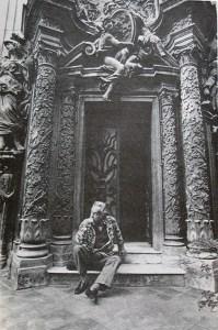 Guttuso davanti al portone interno palazzo del Grillo