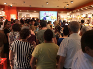 Folla all'ingresso dello store