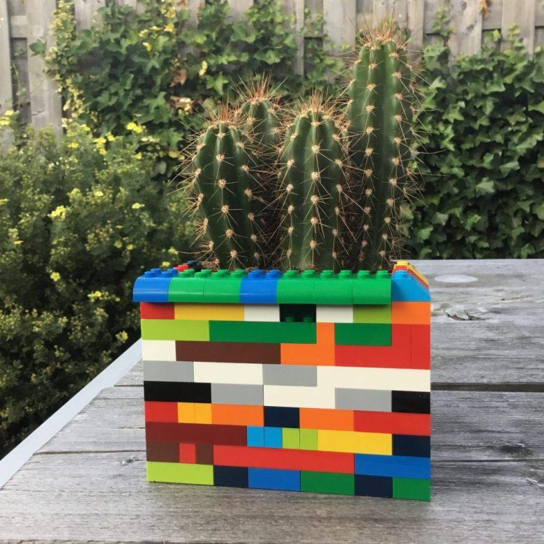 De hippe moderne tegenhanger van de retro cactus: in een kleurrijke lego pot!