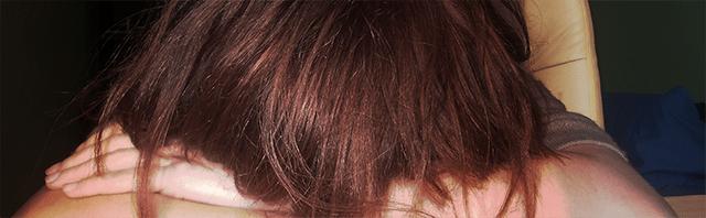 depresja załamanie smutek dziewczyna kobieta brązowe rude włosy nogi łydki uda blog nienawidzę nie lubię własnej pracy