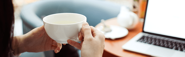 laptop netbook dziewczyna herbata