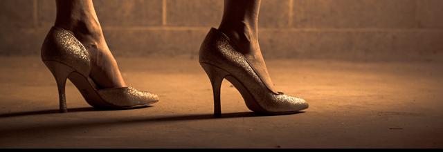 szpilki buty brokatowe jasne błyszczące srebrne stopy