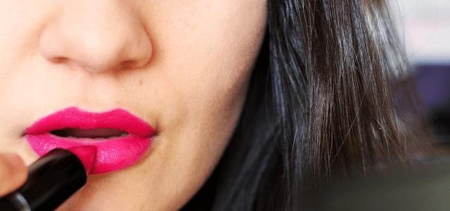 różowa szminka malowanie makijaż kolorowa mocna pomadka usta