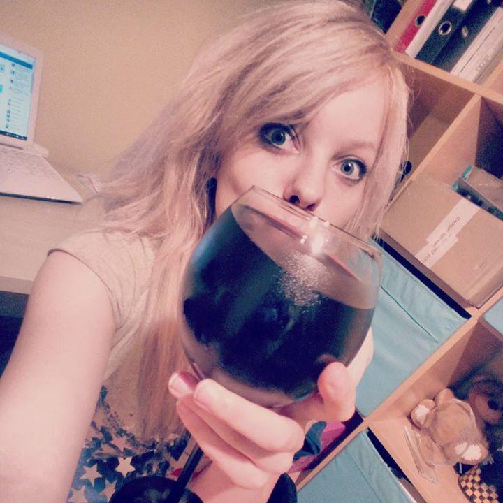 Dzięki tej książce mam więcej czasu na picie wina z mojego kieliszka 0,7 l.