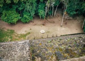 Obřadní ohniště pod Chrámem V v Tikalu, El Petén, Guatemala (Mart Eslem)