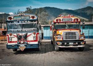 Pestrobarevné autobusy veřejné dopravy, Guatemala (Mart Eslem)