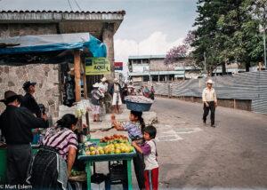 Santiago Atitlán na břehu Lago de Atitlán, Guatemala (Mart Eslem)