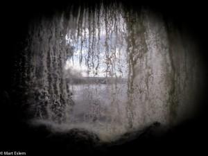 Za vodním závojem vodopádu Sapo (Mart Eslem)