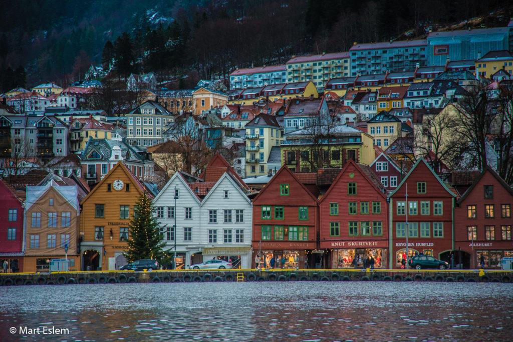 Městská část zvaná Bryggen na nábřeží zátoky Vagen v Bergenu (Mart Eslem)