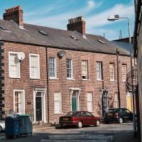 Typický dům z neomítnutých cihel v Belfastu (Mart Eslem)