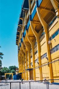 Strmé tribuny stadionu La Bombonera v Buenos Aires –La Bombonera, Boca Juniors, Buenos Aires, Argentina [Mart Eslem]