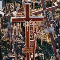 Kříže poutníků na hoře Křížů (Mart Eslem)