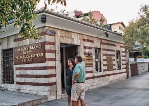Nenápadný vstup do Yerebatanské cisterny v Istanbulu (Mart Eslem)
