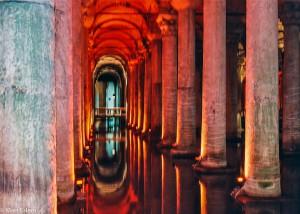 Romantické podzemí Yerebatanské cisterny v Istanbulu (Mart Eslem)