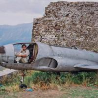 Stíhačka na nádvoří středověkého hradu nad Gjirokastrou (Mart Eslem)