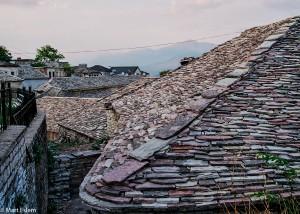 Typické kamenné střechy v Gjirokastře (Mart Eslem)