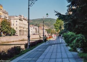 Nábřeží řeky Miljacky v Sarajevu (Mart Eslem)