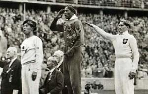 Jigoro Kano all'Olimpiade di Berlino durante la premiazione di Jesse Owens
