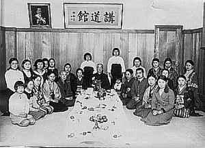 Shi-han Jigoro Kano in una sezione di judo femminile nel 1935