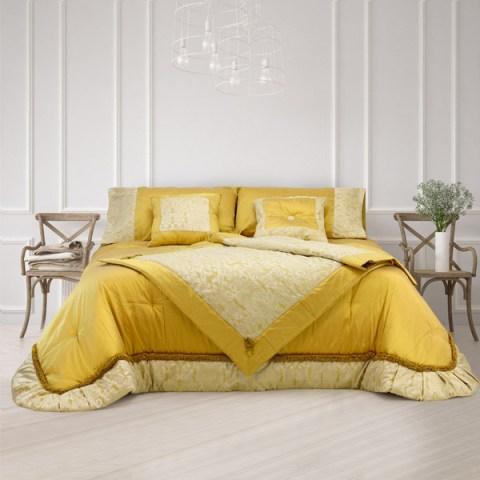 Coordinato letto in pura seta che comprende trapunta, scaldotto e coppia cuscini di colore oro