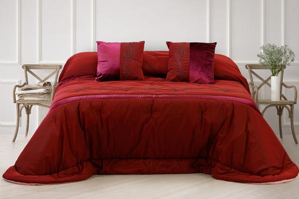 Prestigiosa Trapunta colore bordeaux tessuto seta con inserti di velluto e striscia ricamata