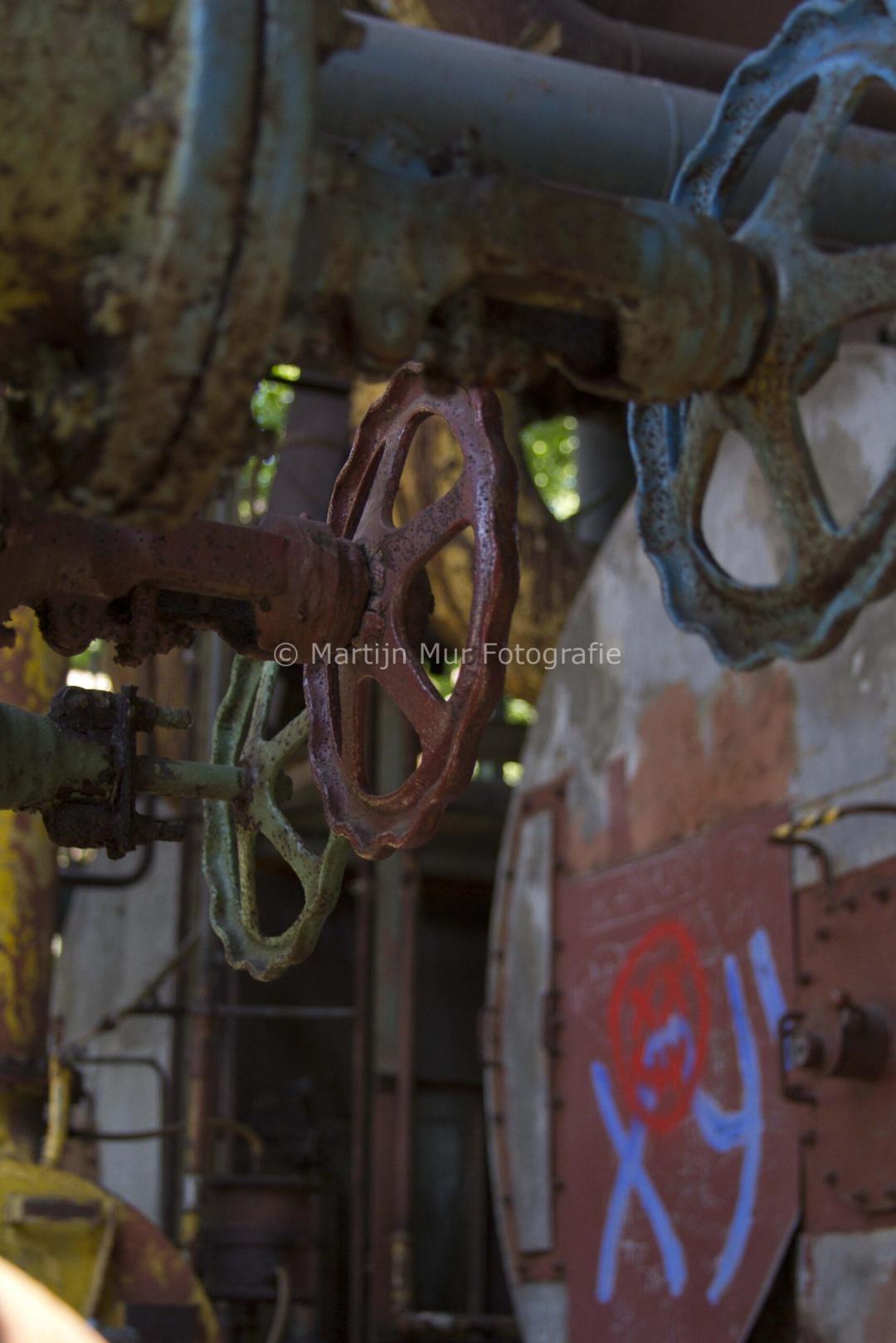 industriële fotografie, kranen en ketels, kleurrijke kunst