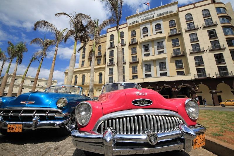 Kuba, Havanna: schicke Buicks-Oldtimer vor dem Hotel Iberostar Parque Central