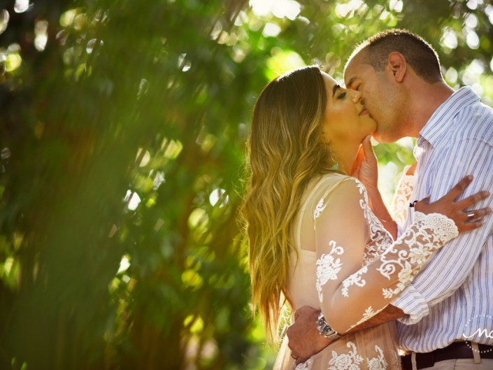 Couples kiss during Anniversary photoshoot in Playacar, Mexico. Martina Campolo Photography
