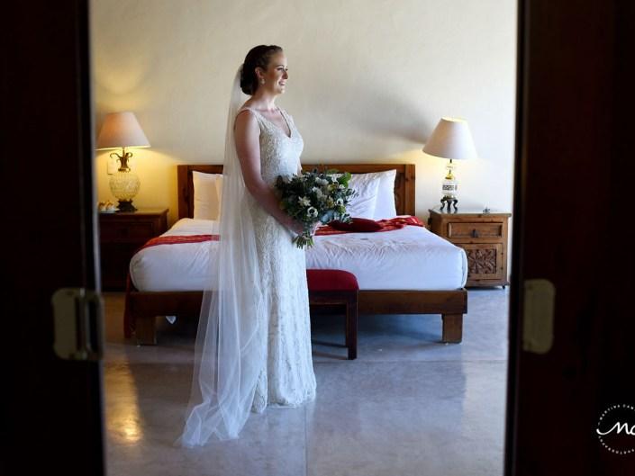 Destination bride portrait with cathedral veil and bouquet. Hacienda del Mar wedding in Mexico. Martina Campolo Photography