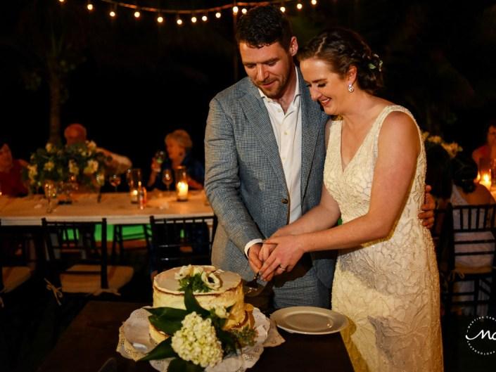 Cake cutting moment at Hacienda del Mar wedding in Puerto Aventuras, Mexico. Martina Campolo Photography
