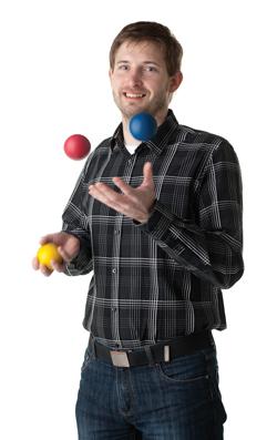 Martin jonglerer med tre bolde.